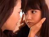 漂亮日本学生妹被姐姐亲吻,受不鸟了!