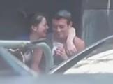 陈冠希与新欢街头搂抱亲热 女友主动搭肩贴面