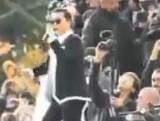 """点击观看《韩国歌手""""鸟叔""""psy巴黎献唱 与观众飙舞》"""